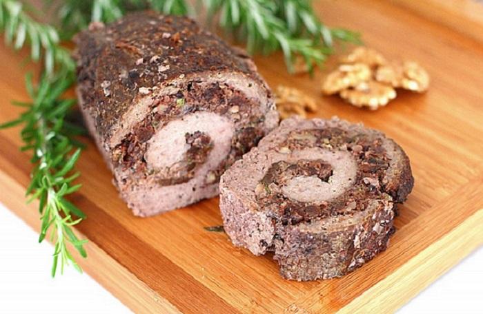Мясной рулет с черносливом и орехами фото